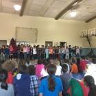 Les élèves chantent tous ensemble!