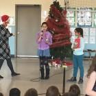 Des élèves présentent le savoir-être travaillé au mois de décembre.